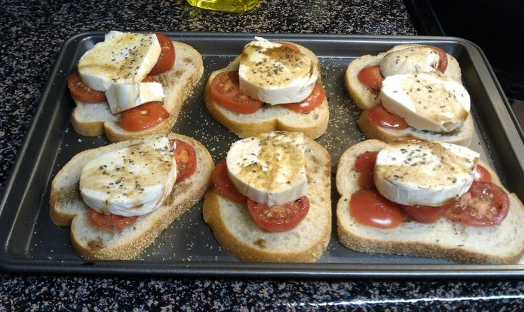 Tomato and mozzarella garlic bread | foods | Pinterest