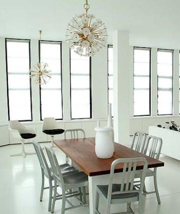 Combina muebles antiguos con modernos. Una combinación acertada!. Sillas similares disponibles en http://www.starhabit.com