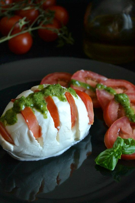 A nice way to prepare the classic Italian dish with mozzarella, tomatoes and basil #food #italian
