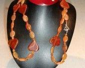 Collana di corniola con cuori grandi, pietre tonde (Ø 6 mm) e ovali.  Con chiusura t-bar argentata. Lunghezza 107 cm (art. 20)