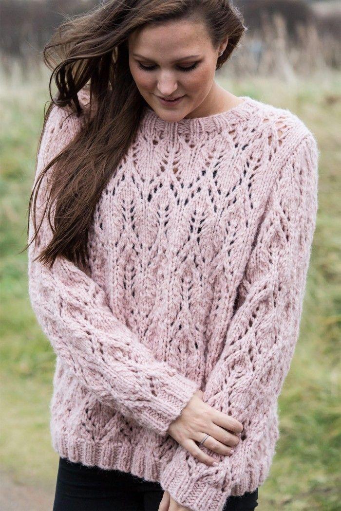 Yndig sweater med hulmønster i det lækre og lette Mayflower Sky. Strik blusen i rosa eller vælg din yndlingsfarve blandt 10 smukke nuancer.
