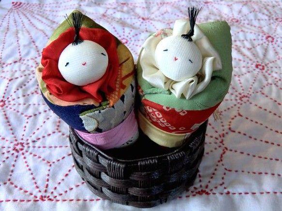眠っている赤ちゃんを包むおくるみ人形。赤ちゃんを大切に育てる親の想いを込めた意味合いがあります。優しい表情に癒されます。むかしの着物布で作りました。それぞれの... ハンドメイド、手作り、手仕事品の通販・販売・購入ならCreema。