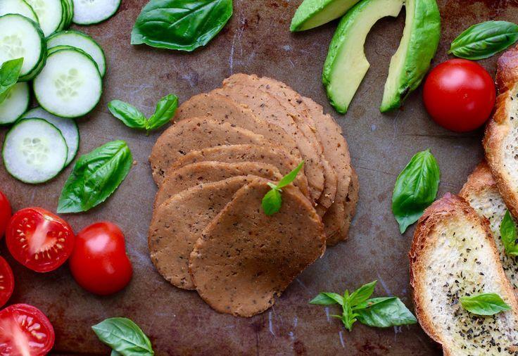Le seitan est une excellente alternative à la viande dans les plats classiques. Il peut être servi chaud ou froid, sur le grill, en sandwich ou en sauce. Ce substitut à la viande ne contient pas de cholestérol, est plus riche en protéines que la viande ou le poisson, tout en étant moins gras.