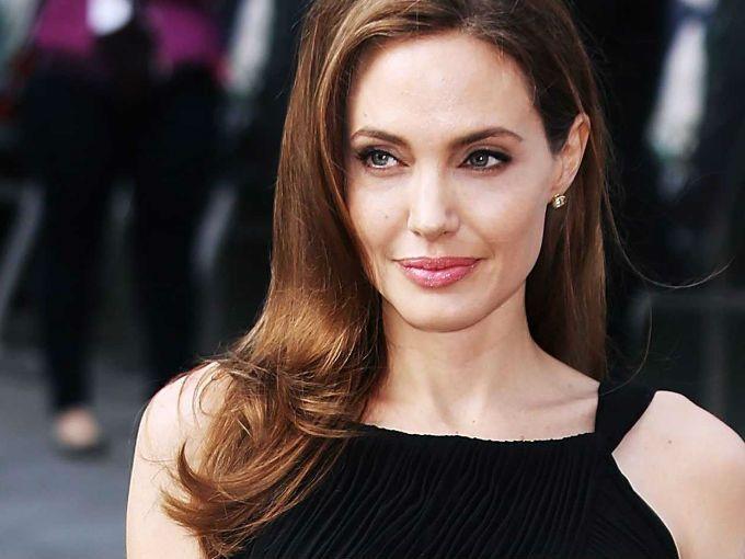 Hace dos años Angelina Jolie compartió una historia que nos asombró. La actriz conocida por su carrera y sus esfuerzos humanitarios se sometió a una doble mastectomía cuando descubrió que tenía 87% de posibilidades de desarrollar cáncer de seno y 50% de cáncer de ovarios.Para Angelina la decisión fue difícil, pero ella sabía que no quería que sus hijos vivieran lo mismo que ella. Jolie perdió a su madre, a su tía y a su abuela a causa de cáncer. Hoy esta admirable mujer compartió un poco…