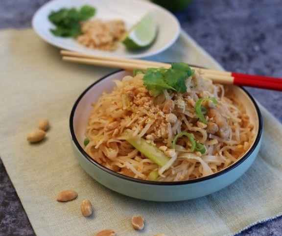 Ha odavagy a pirított tésztáért és az ázsiai ízekért, és a mindig is izgatott, hogy készül az eredeti pad thai, akkor nem kell tovább keresned: megmutatjuk ezt az édes-savanyú-földimogyorós csirkés egytálételt - mégpedig úgy, ahogy otthon, Thaiföldön készítik!