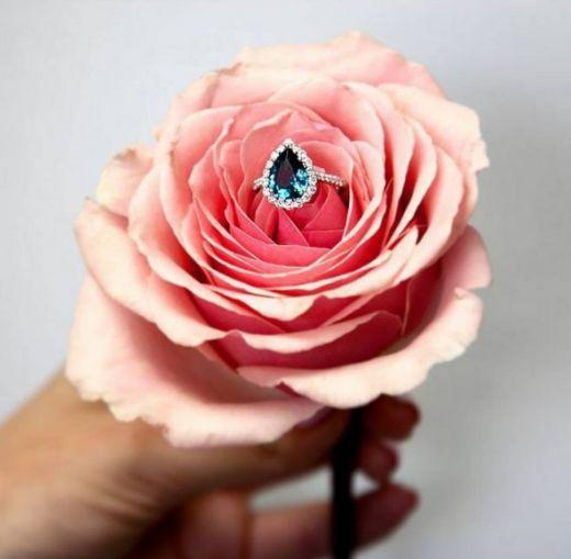 Pierścionki zaręczynowe - inspiracje z Instagrama; fot. Instagram @coastdiamondjewelry