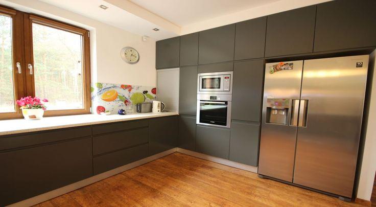 Kuchnia, grafit, drewno, lodówka wolnostojąca