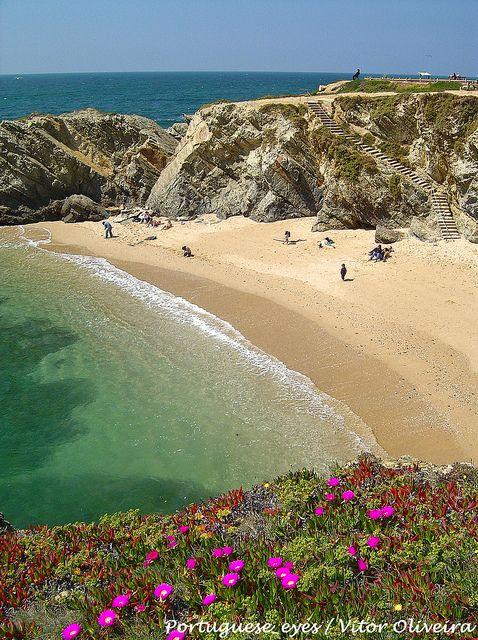 Praia do Buizinhos - Porto Côvo, Sines. O seu nome deve-se à existência de muitos búzios usados para fazer peças de artesanato. Lúcia