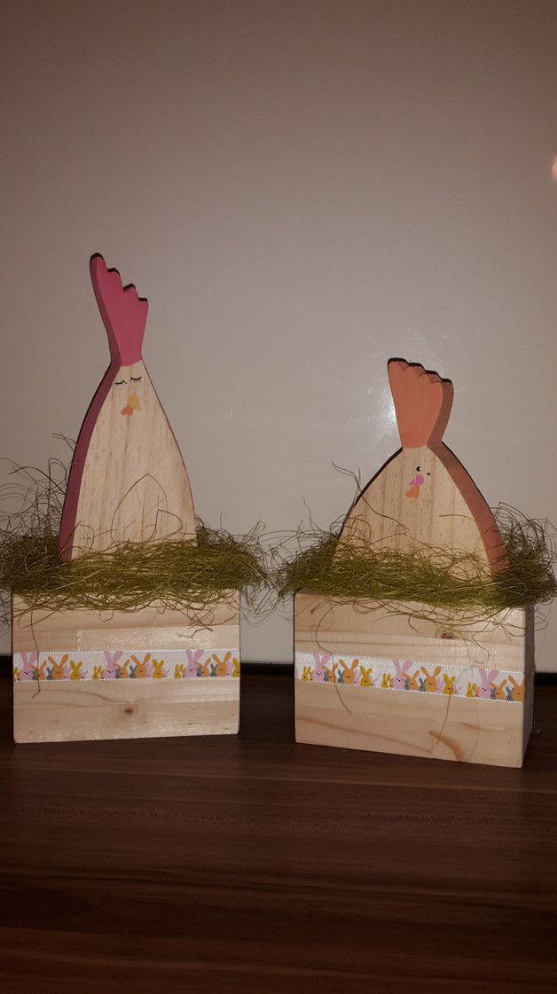 Witzige Osterdeko!  Verliebte Hahn und Henne aus Holz, Kanten in pink bzw. apricot, im Gras auf massivem Holzstamm, abgerundet mit farblich passendem Band mit Hasen verziert.   Verkauf als...