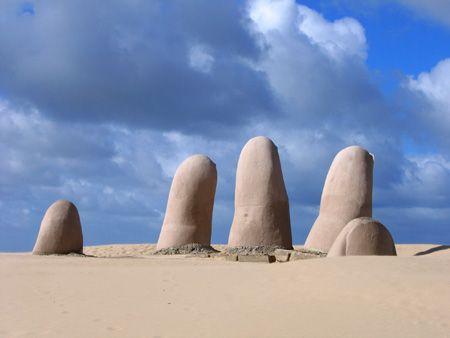 It is popularly known as the Monument of Fingers or Hand (in English, its popular name is The Hand), and has become famous becoming a symbol for Punta del Este and throughout Uruguay since it was finished in February 1982 .