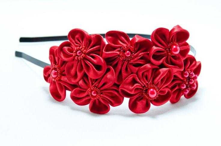 Čelenka Rozalia červená Kovová čelenka o šířce 0,5cm,barva černá. 6 ručně šitých saténových květinek v červené barvě. Středy květů jsou vyšity rokajlem a perličkami. Velikost květů jsou3 - 4 cm.Celková délka aplikace cc 11-15cm. Pro pohodlnější nošení jsou květy podlepeny filcem. Foto: Michaela Nohejlová-Neofoto Jedná se o autorskou čelenku.