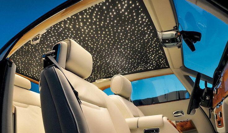Alguns dos Rolls-Royce, como o Phantom, têm um acessório brilhante: o teto Starlight Headliner. São mais de 1300 pontos de fibra ótica que simulam um céu estrelado, pela bagatela de US$ 12100.
