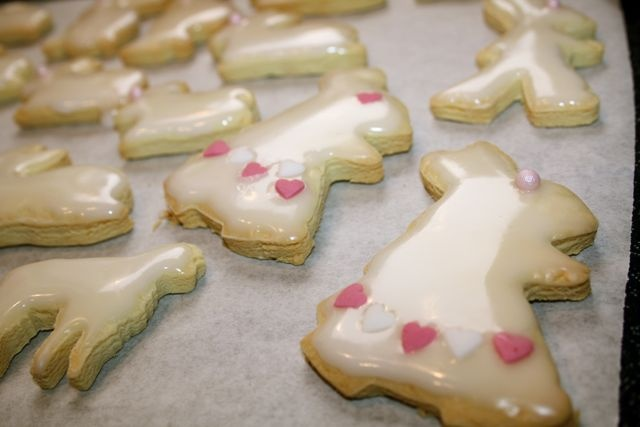 Osterhäschen-Kekse mit Fondant und Glitzerperlen