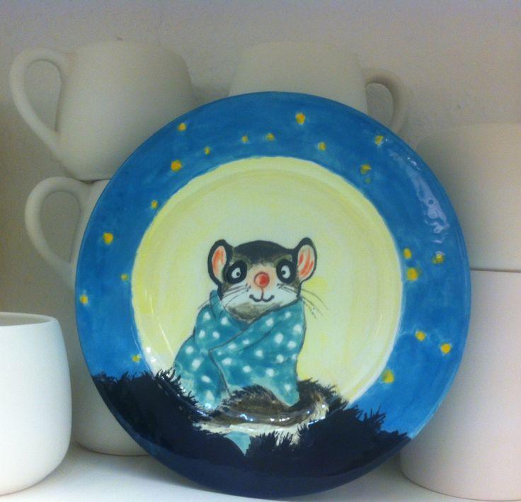 Weihnachtsgeschenk. Handbemalter Teller mit einer süßen verträumten Maus.