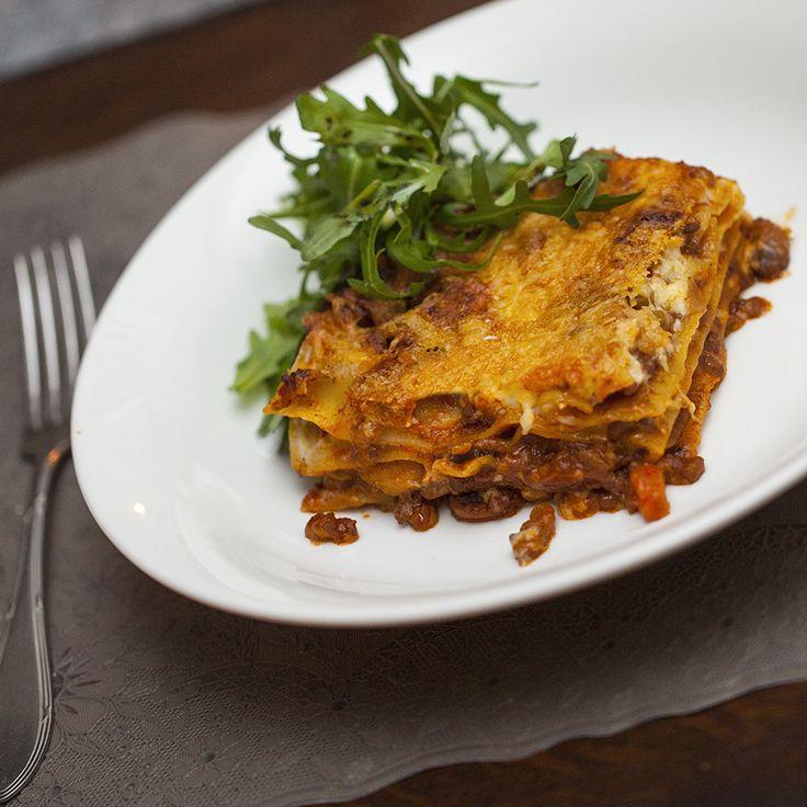 Lasagne is zo'n gerecht dat volgens mij iedereen lekker vindt. Het allerlekkerst is natuurlijk als je alles zelf maakt, van de bolognese- tot de bechamelsaus(smokkelen met de pasta is toegestaan). Het kost wat tijd, maar dan heb je ook wat! Onderstaand recept is een klassiek lasagne recept. Wij vinden hem zo heerlijk, maar voeg gerust wat andere groenten toe als je dat wilt. Aan de basis groenten, ui, wortel en bleekselderij, kan je beter niets wijzigen, maar de champignons kunnen prima…