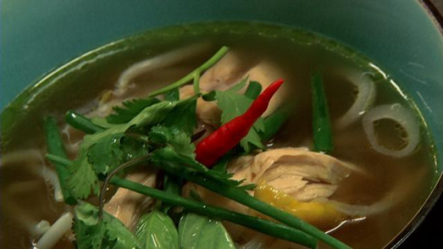 Rijstnoedelsoep met kip - Recept | VTM Koken