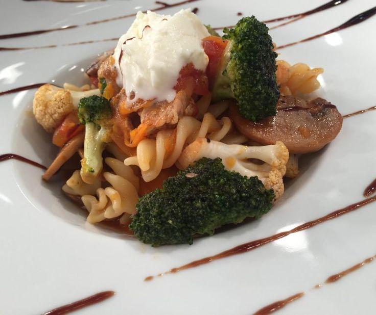 Χοιρινό με λαχανικά και βίδες ζυμαρικά