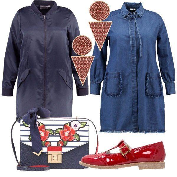 Outfit curvy formato da un abito in jeans con fiocco da legare sul collo e un bomber lungo blu. Per completare il look, un paio d scarpe senza lacci laccate di rosso, un paio di orecchini con pietre rosse e una tracolla con fiori stampati.