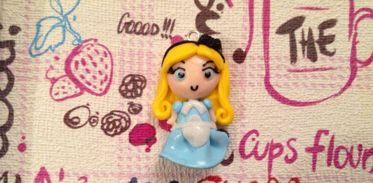 Alice nel paese delle meraviglie fatto a mano con fimo! Visitate la mia pagina Facebook o scrivete in privato a criscreazionidifimo@hotmail.com