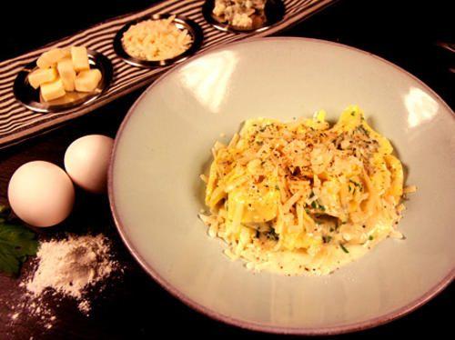 Tortellinit juustokastiketta on taleggio, parmesaani ja aurajuustoa