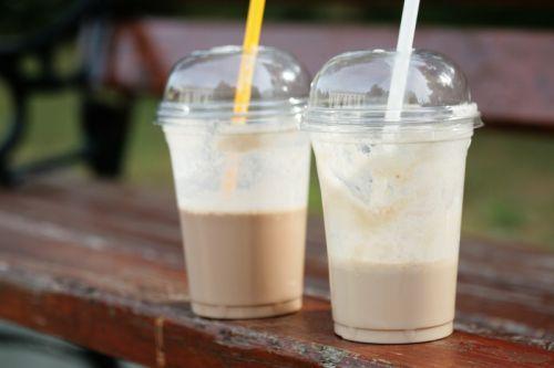 Cappucino glacé du Tim Horton - 1 portion Ingrédients : -3 cubes de glace -1/2 tasse (125 ml) de lait -1 boule de crème glacée à la vanille -2 cuillères à soupe de Nescafé Ice (sirop de café) Préparation : -Mettre la glace dans un mélangeur pour concasser et obtenir de petits morceaux. -Ajouter le reste des ingrédients et bien mélanger. -Verser dans un grand verre et déguste