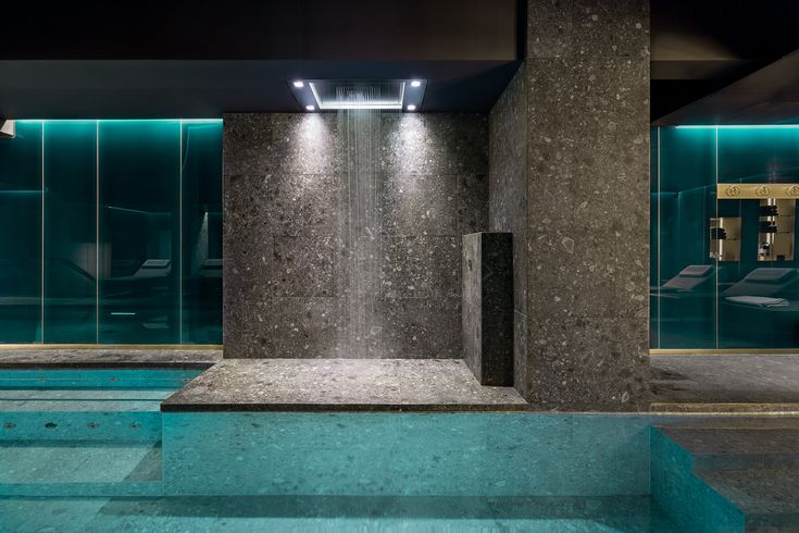 The matt black, customised finish of the luxury Sensory Sky shower by the pool promises an exclusive wellness experience. Different rain modes, mist, light and fragrances are combined in complex choreographies that are inspired by natural weather phenomena.