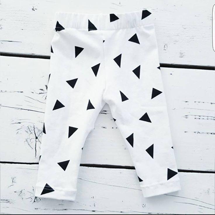 Witte legging met zwarte driehoekjes voor baby's en peuters. Handgemaakt door het monochrome label Krijtwit! Shop bij minimonsters.be