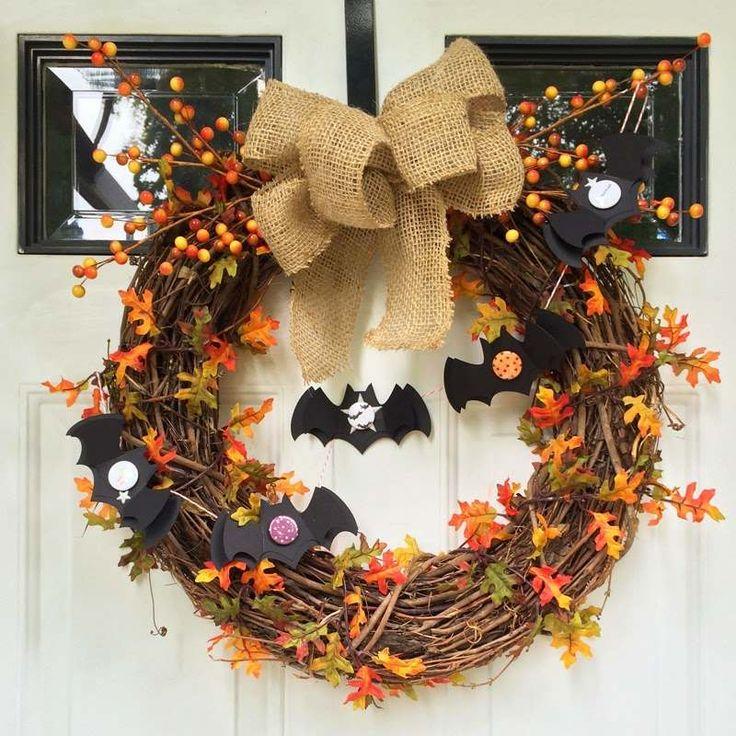 couronne d'Halloween en brindilles, feuilles d'automne et baies artificielles, chauve-souris en papier et nœud en toile de jute