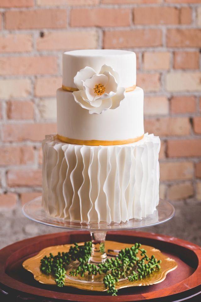 Pastel de boda con volantes verticales
