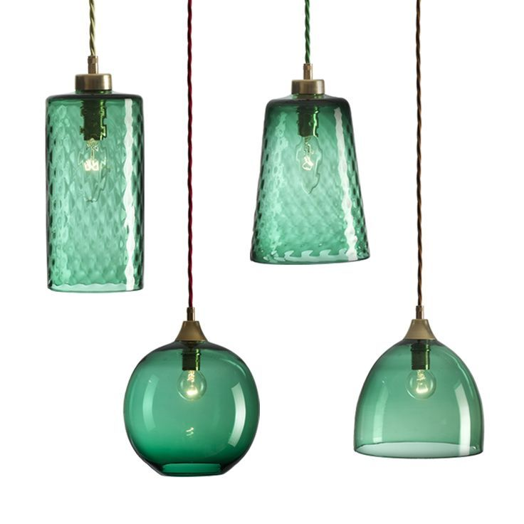 Niet veel glazen lampen worden nog met de hand gemaakt en geblazen. Maar de lampen van Rothschild & Bickers nog wel. Hun laatste ontwerpen de 'Empire' lampen zijn prachtig om te zien. Gemaakt van verschillende glastinten met een koperkleurige of zwarte zinken fitting. Rothschild & Bickers is een bedrijf in UK wat nog met de hand elke lamp maakt. Er [...]