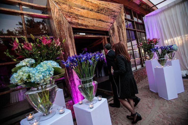 Flores altas sobre plinto para entrada. Refugio de la Reina.