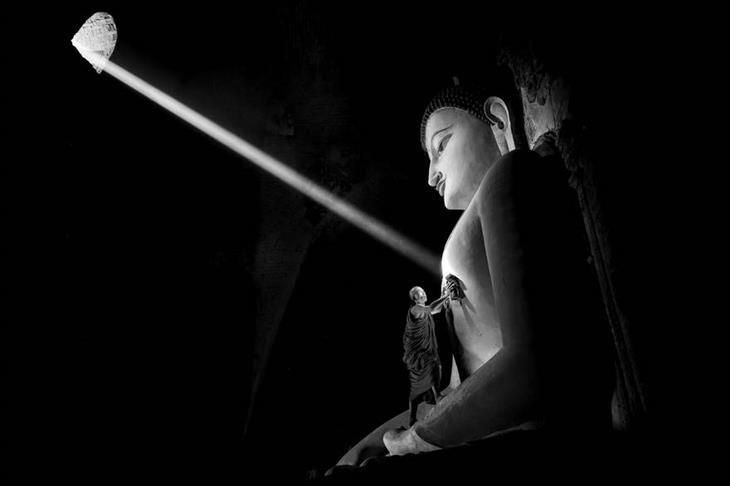 Um raio de luz iluminou o coração da estátua de Buda em um dos templos em Bagan-Myanmar.