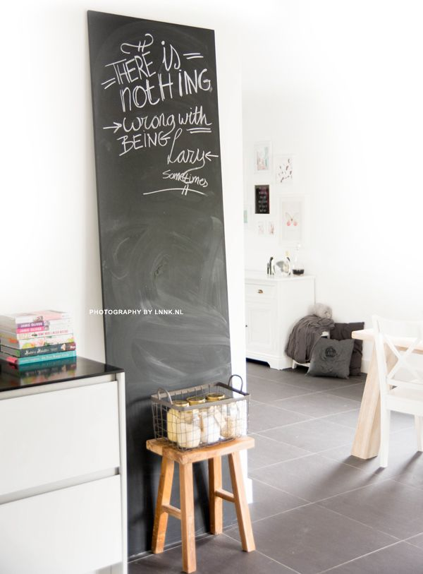 Toen we naar dit huis verhuisden en we kozen voor een hele strakke witte keuken wist ik dat ik ook iets wilde doen met krijtbord verf om de boel een beetje te 'breken'. Omdat we erg veel best hebben gedaan op onze witte afwasbare muren in de keuken had ik er veel moeite mee om de verf zomaar op de muren te smeren. Al snel had ik het idee om er een mdf-plaat voor te gebruiken. De plaat staat nu inmiddels al weer zeker een jaar in huis en ik ben er nog steeds erg blij mee. Tips & trics…