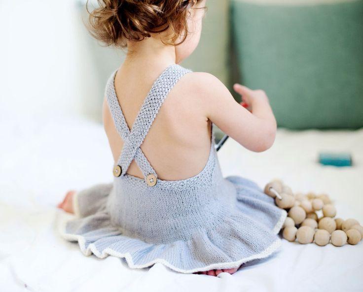 Det ser ut som en kjole, men har alle egenskapene til en romper. En skikkelig jentedrakt som vil aldri gli oppunder armene på små babyer. Et av de skjønneste og