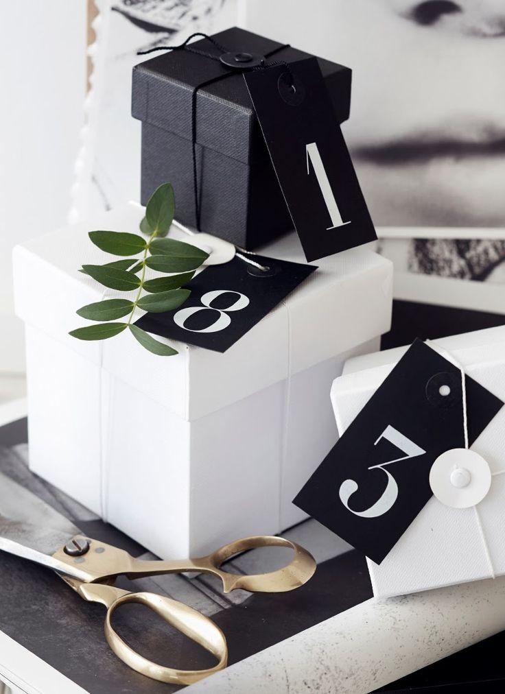 WKDCRNVL: Black & White Christmas Calendar