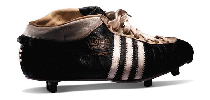 Adidas.El nombre originario de Adidas fue Gebrüder Dassler Schuhfabrik, creada por Adolf Dassler (Adi) junto con su hermano Rudolf Dassler a comienzos de la década de 1920