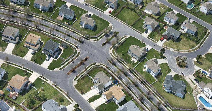 """Cómo encontrar una imagen en línea de una casa o una dirección, alias """"Puedo ver mi casa desde aquí"""". Tu casa puede estar en Internet y puedes no estar enterado. Google tiene un sitio de mapas que muestra imágenes satelitales de lugares alrededor del mundo. Aunque los satélites toman fotografías de estos lugares desde el espacio, puedes hacer un acercamiento en línea en Google Maps. Si te gustaría echar un vistazo de cerca a tu casa o a una ..."""