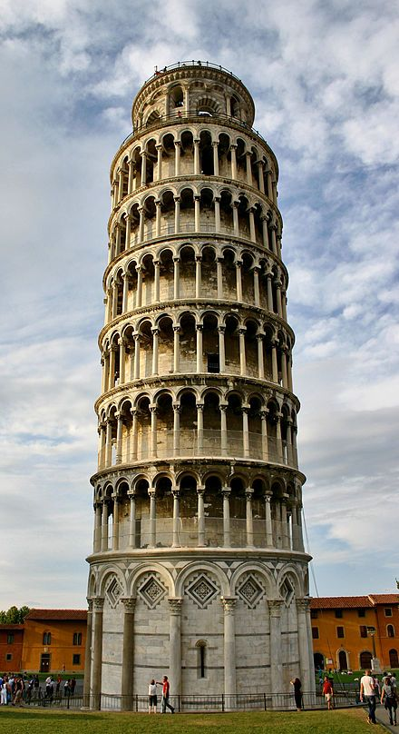 Altra prospettiva del campanile del duomo, piazza dei Miracoli, Pisa.
