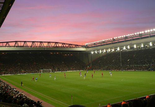 Il City paga pegno ad Anfied, l'Everton cede sotto i colpi del solito Giroud. Nei posticipi domenicali Liverpool e Arsenal vincono in casa