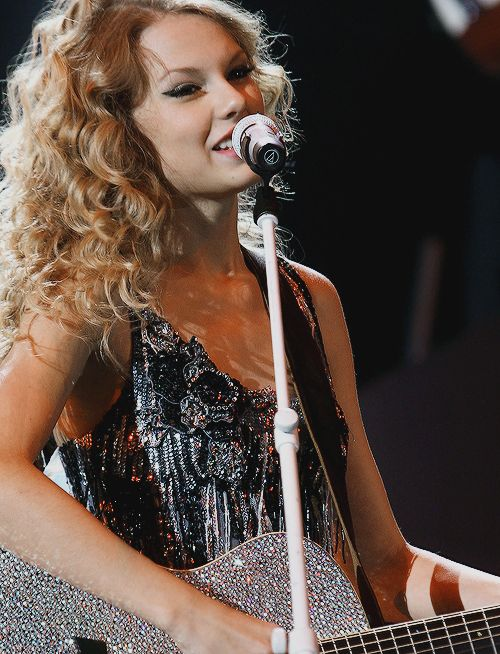 Taylor Swift | Our Song | Fearless Tour | Sparkly guitar