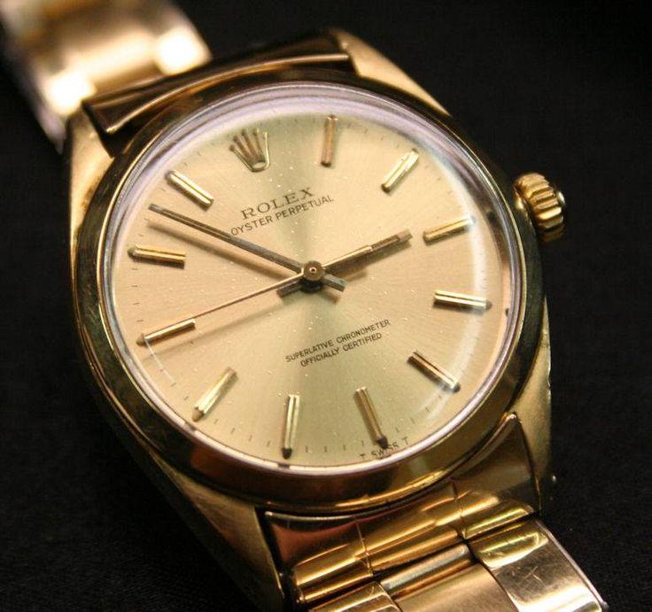 Har du et gammelt ur, som du gerne vil have repareret? Så skriv en mail til os evt. med billede og vi giver en ca. pris. Eller kom ind i vores fysiske butik i Århus C. Urmagerens Værksted, Sønder Allé 5. Det kunne f.eks. være alle slags armbåndsure, som Rolex, Omega, Breitling, Tag Heuer og mange andre mærker. Vi bruger originale reservedele og dertil originalt værktøj. Vi er en officiel Reparatør af Mondaine, Zeppelin, Junkers og Tw-steel ure.