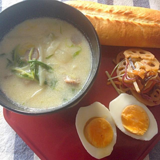 段々寒くなって来ましたね。寒い日は、スープなどで十分カラダを温めてからスタートしたいです。酒粕が入っているのでオススメ。具材は、鶏肉、白菜、水菜、などです。 - 9件のもぐもぐ - お鍋の具材でクリームシチュー、少しだけ酒粕を入れて(^^) by nanakodewa