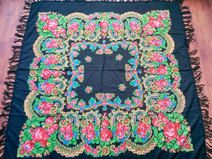 Produkttitel: Gorgeous russian wool shawl - Shopname: Port Traditional Romanesc  Gorgeous floral Russian shawl, a beautiful floral pattern on a deep black background.  The shawl is in a great condition and ready to be used.  Measurements:  145cm x 145cm (without tassels)  We encourage you to ask all of your questions before purchasing any product.
