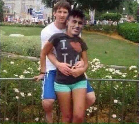 Argentyńczyk siedzi sobie ze swoją dziewczyną • Lionel Messi obejmuje Neymara z pierogiem między nogami • Zobacz śmieszne zdjęcie >> #lionelmessi #messi #neymar #football #soccer #sports #pilkanozna #funny #memes