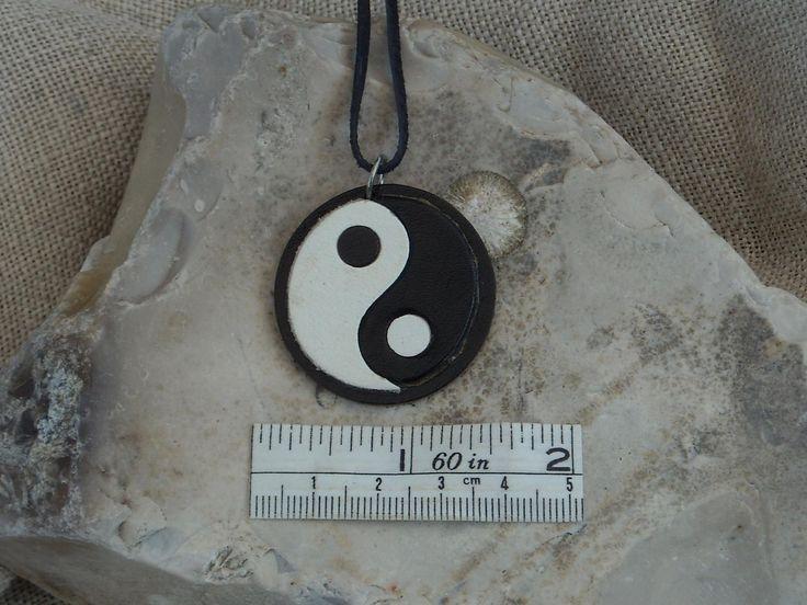 Přívěsek JIN-JANG Kožený přívěsek , barvená lakovaná kůže,neukončený kožený řemínek.