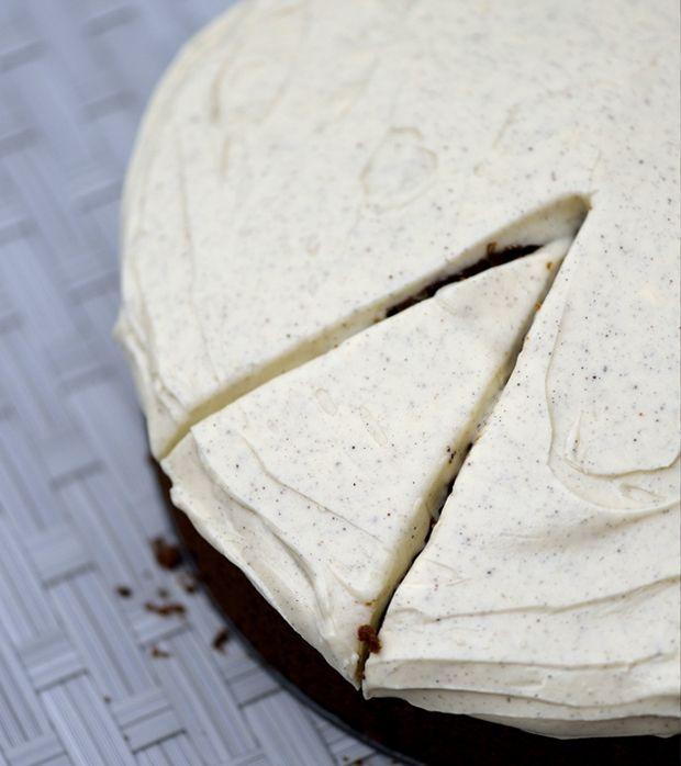 Findes der noget bedre end en nybagt gulerodskage med fed ostecreme på toppen? Her får du Timm Vladimirs opskrift på gulerodskage!