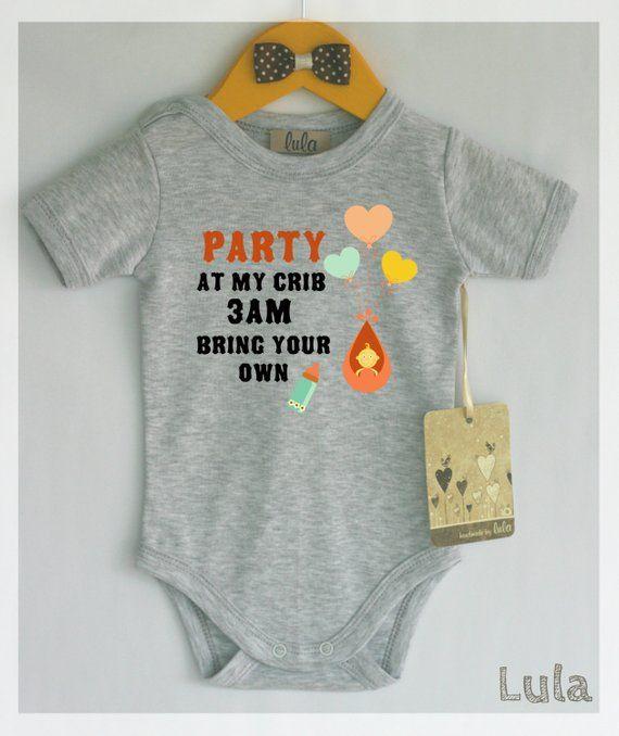 Feiern Sie in meiner Krippenbabykleidung. Lustiger Babyspielanzug. Viele Farben erhältlich – baby boy ideas