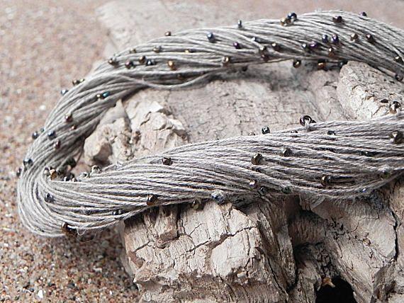 Joyería de Eco estilo la ropa collar lino cordón collar lino fibra collar Natural ropa minimalista joyas playa gris collar Collar de fibra de lino es tan elegante y delicado. Collar de lino es buena opción como regalo para su familia y amigos. Eco hermosa estilo collar, hecho de materiales 100% naturales: cordón de lino. Collar está diseñado con perlas de vidrio oscuro y cierre de gancho de metal plateado. Longitud total del collar: 50 cm/19,68 pulgadas Encontrar más collares por La...