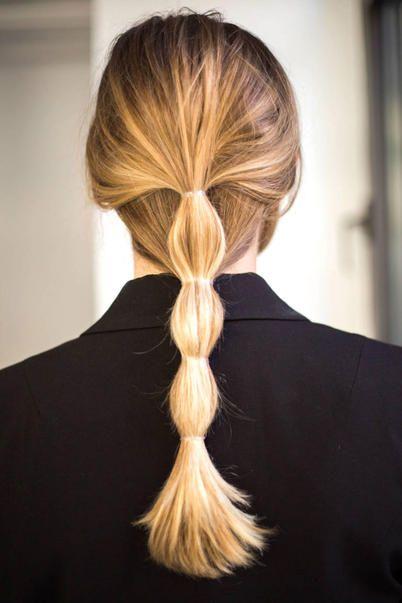 Per capelli ondulati fai una coda e fermala con tanti elastici