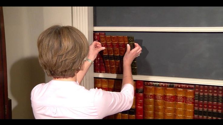 Faux Livres -- Comment faire une porte cachée en faux livres. Découvrez comment créer votre propre porte secrète en faux livres à l'aide de notre gamme de panneaux de faux livres ; idéal pour les bibliothèques, les bureaux ou les cabinets de travail. Clic 2X